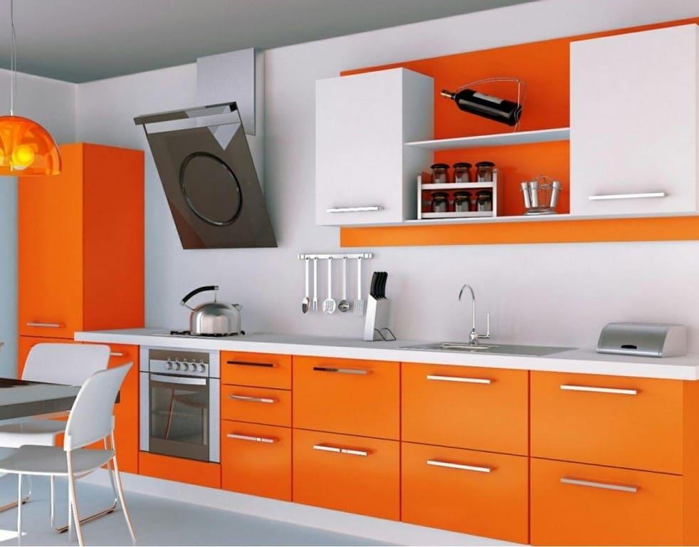 оранжевые фасады и белая столешница кухни