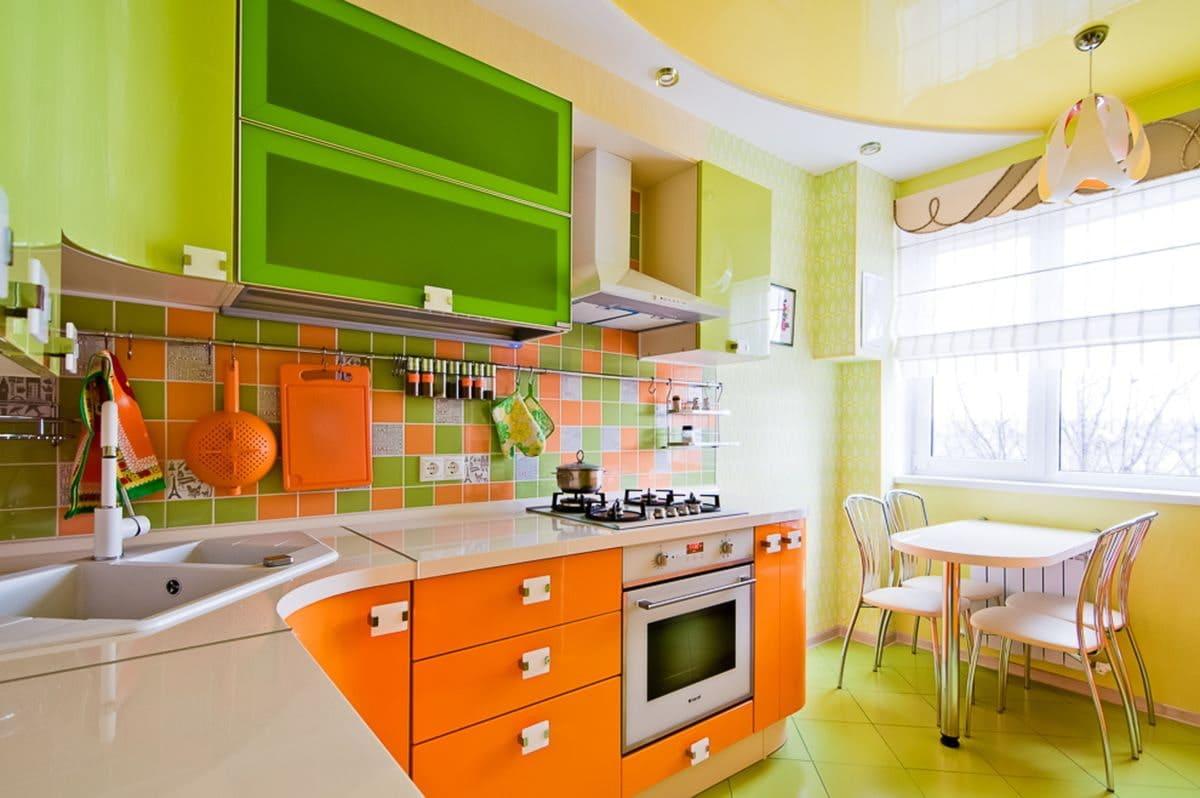кухня с зеленым верхом и оранжевым низом