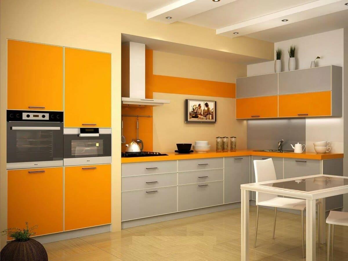 серые фасады оранжевой кухни