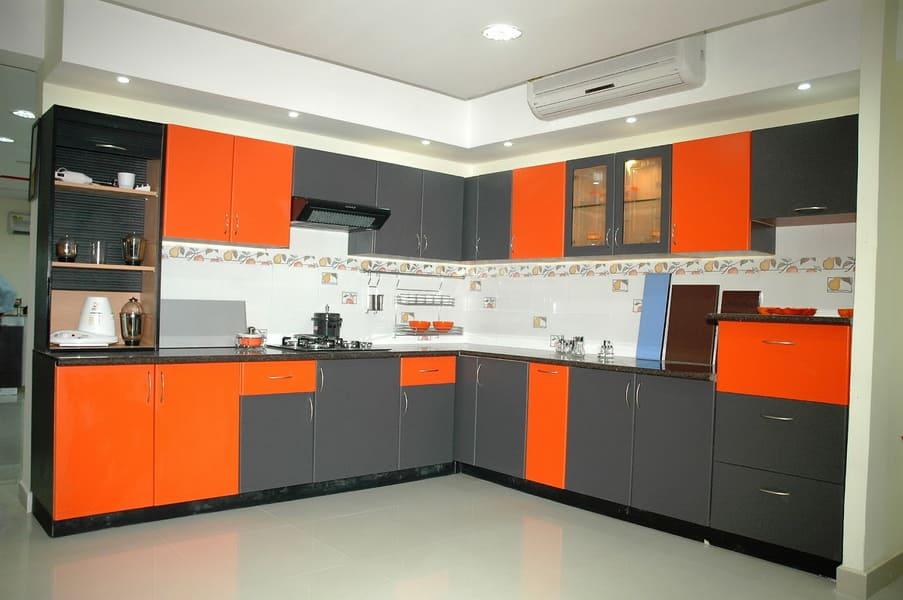 стильная оранжевая с серым кухня