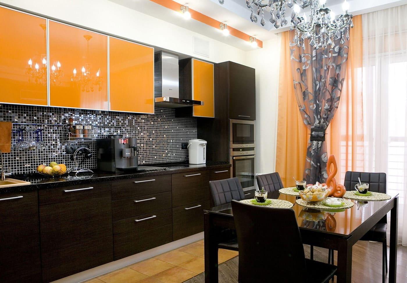 пастельные шторы в интерьере оранжевой кухни