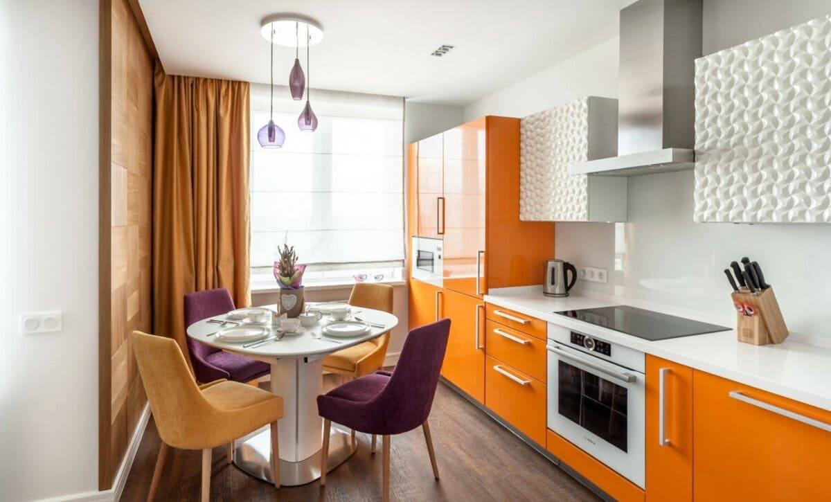 медные шторы в интерьере оранжевой кухни
