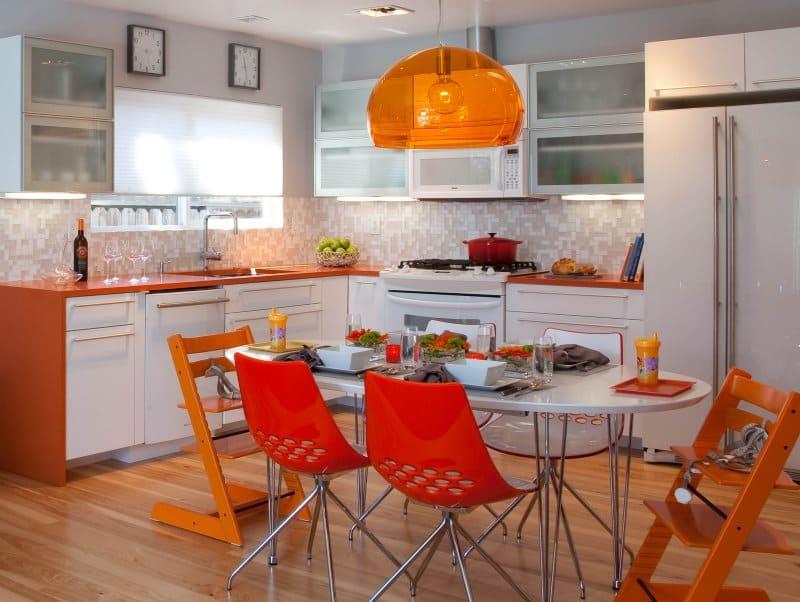 оранжевая мебель в сочетании с кухней