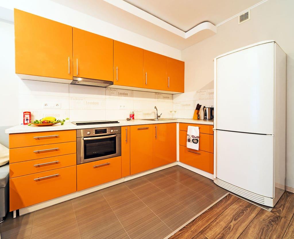 оранжевый цвет фасадов кухни