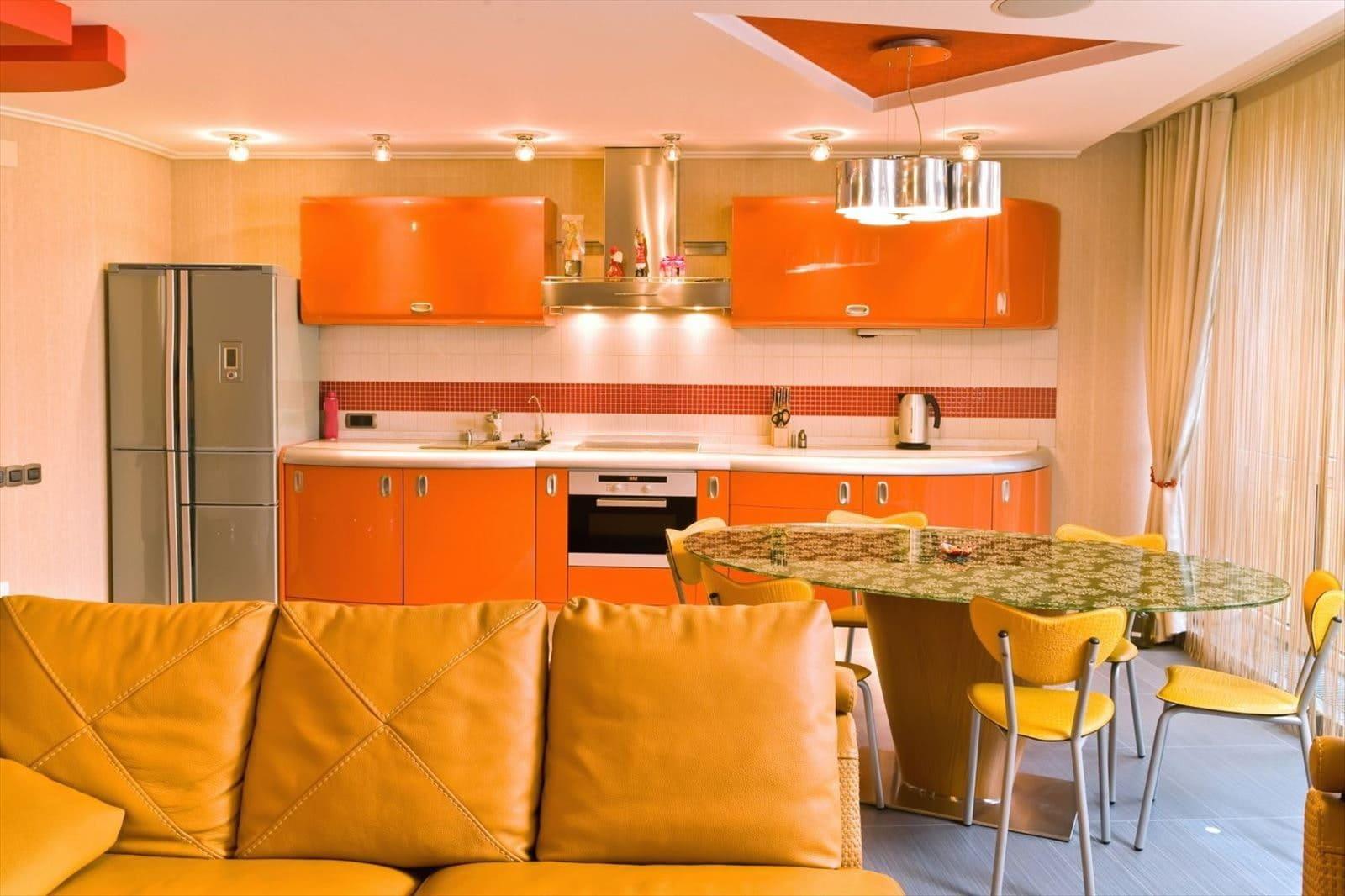 точечная подсветка на оранжевой кухне