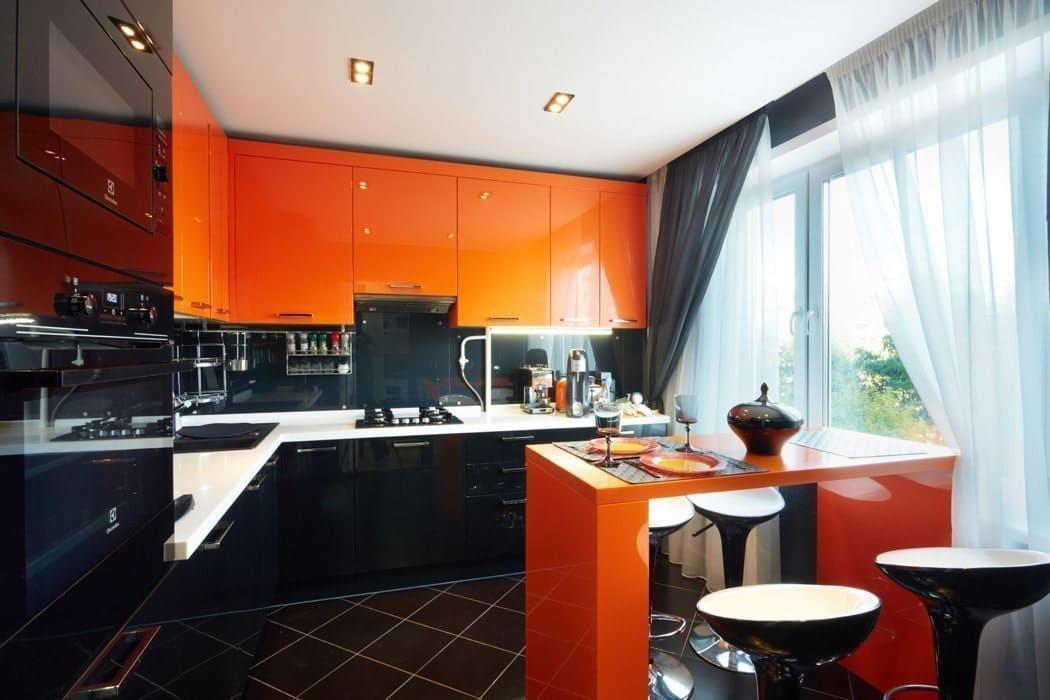 черный пол на оранжевой кухне