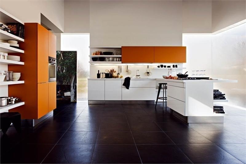 черная плитка на оранжевой кухне