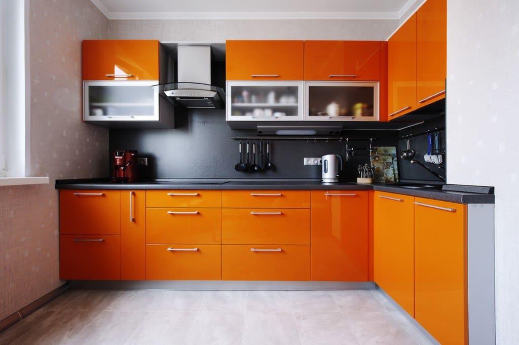 оранжевые фасады кухни в интерьере