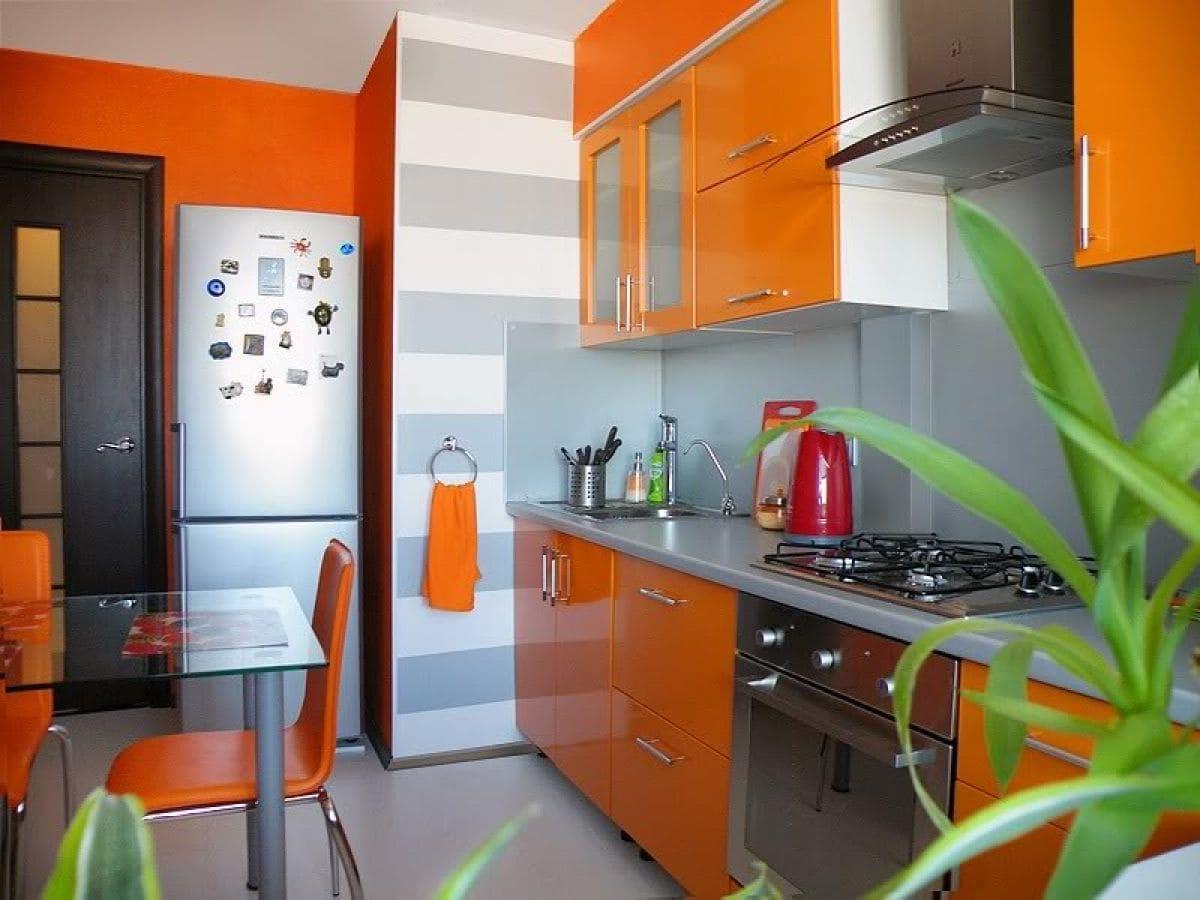 оранжевые фасады гарнитура небольшой кухни