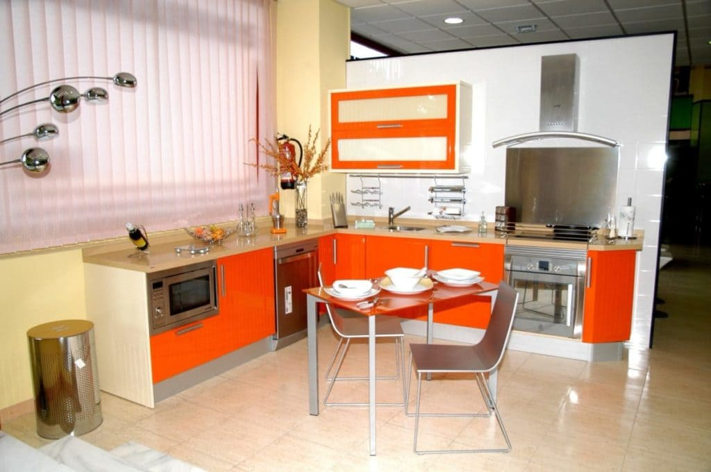 оранжевая кухня в светлом интерьере