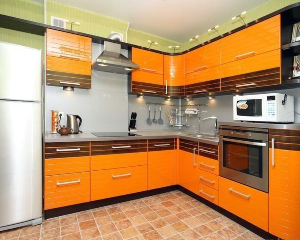 небольшая оранжевая кухня