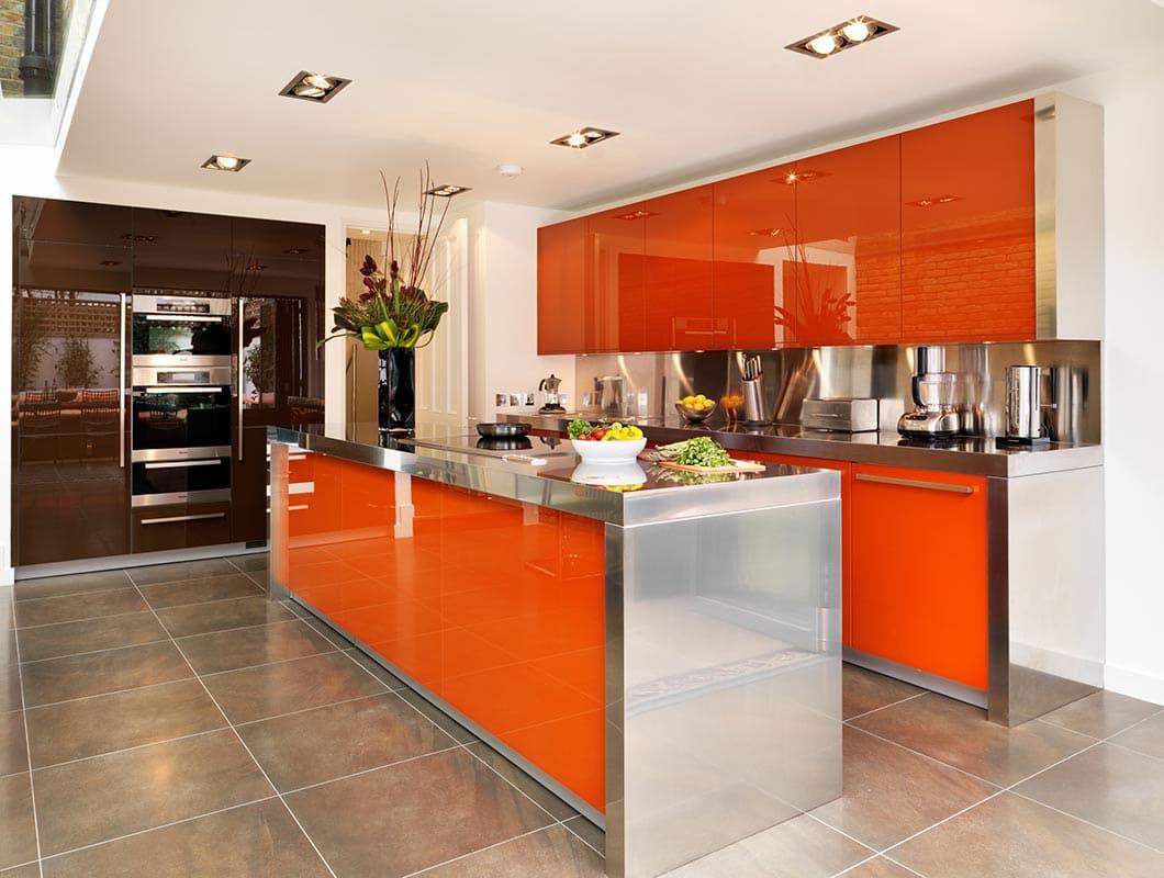 оранжевая кухня с хромированными вставками