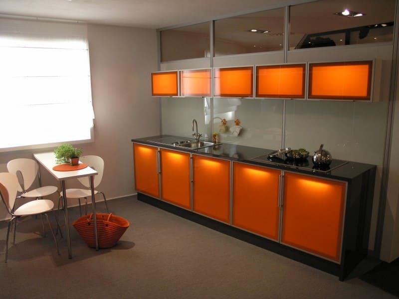 красивая подсветка оранжевой кухни