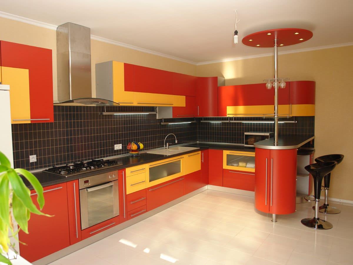 черно желто оранжевая кухня выглядит дерзко