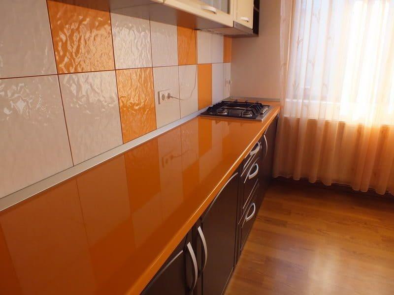 на оранжевой столешнице приятно готовить