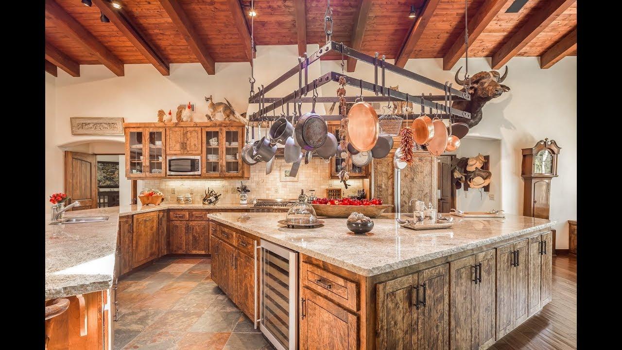 просторная кухня на даче в стиле кантри