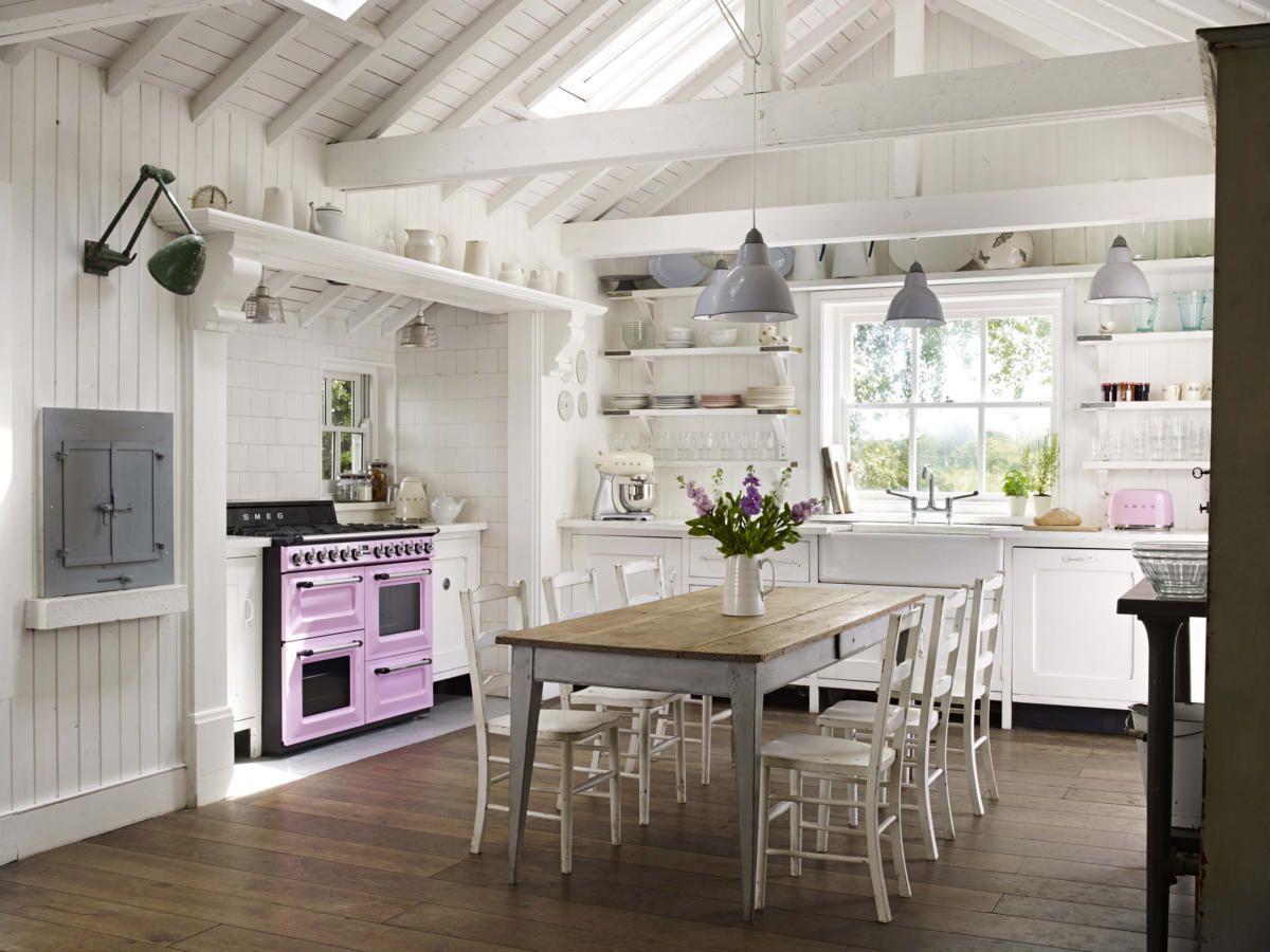 просторная светлая дачная кухня в скандинавском стиле