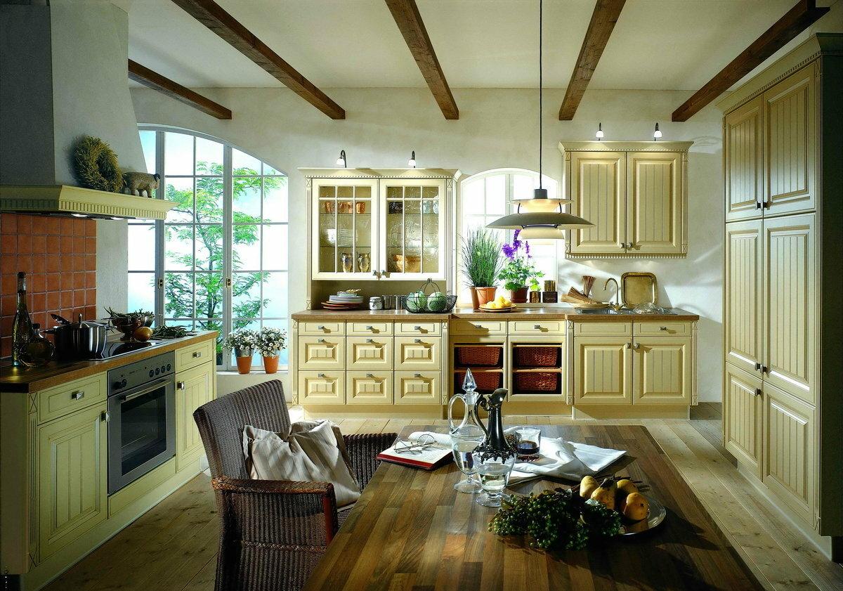кухня на даче с высокими потолками