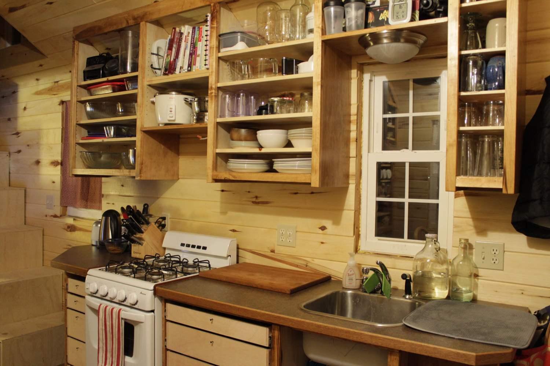 высокие шкафчики на дачной кухне