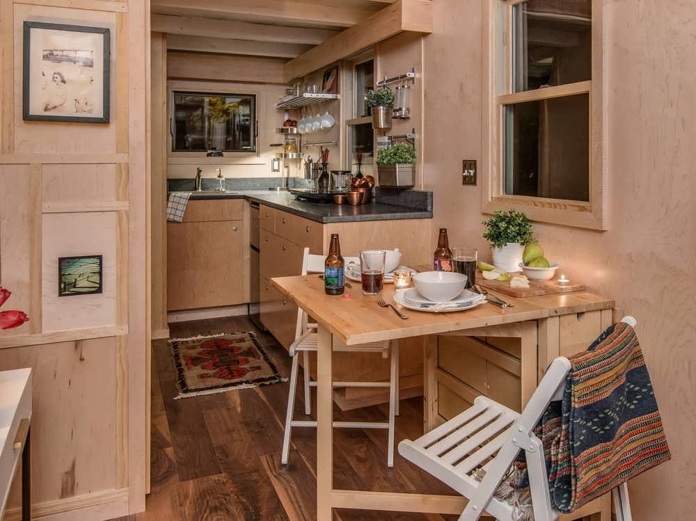 складная столешница на дачной кухне