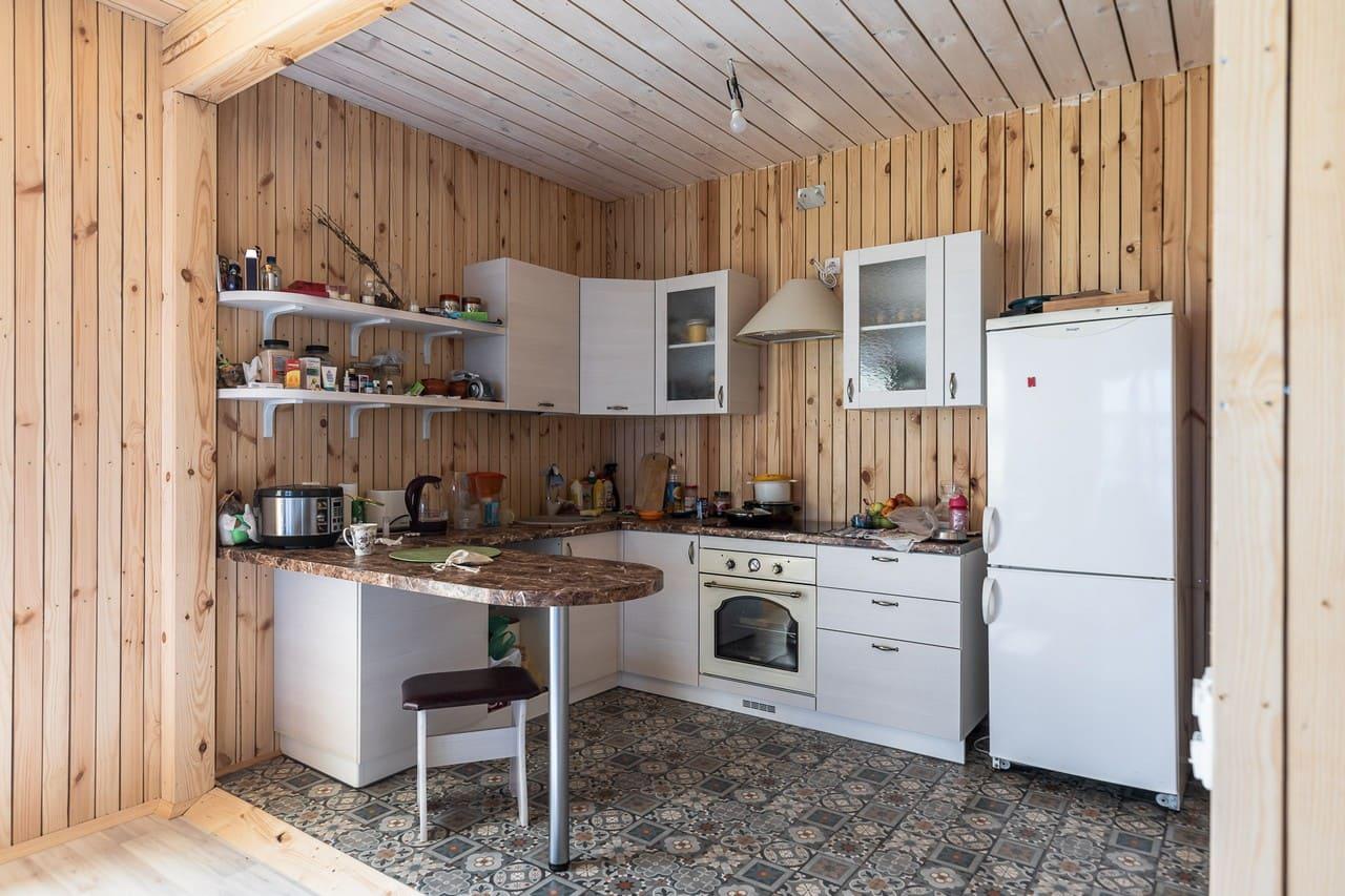 столешница вместо стола на дачной кухне