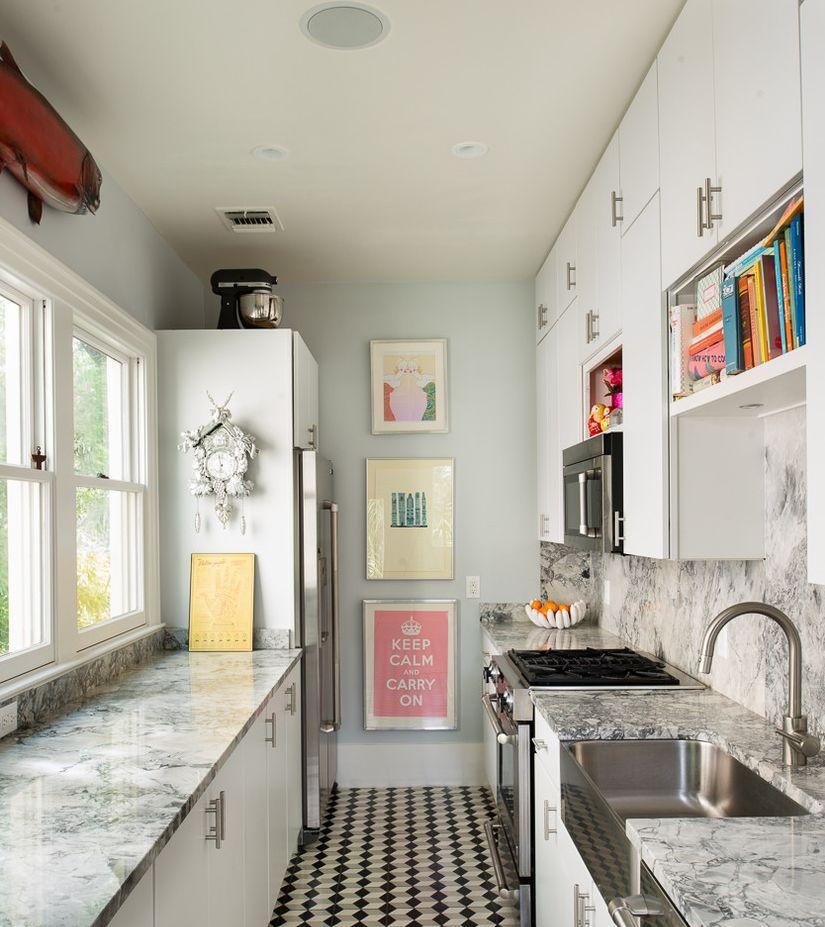 дачная кухня в параллельной планировке