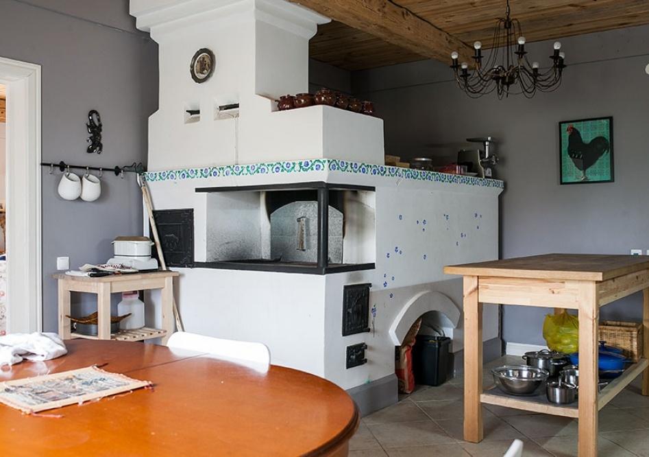 оштукатуренная печь на кухне
