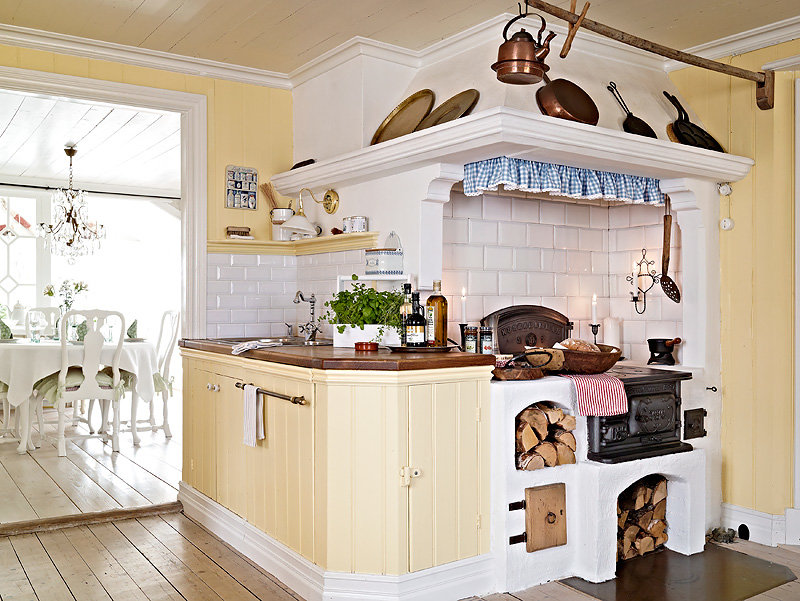 небольшая дачная печь на кухне