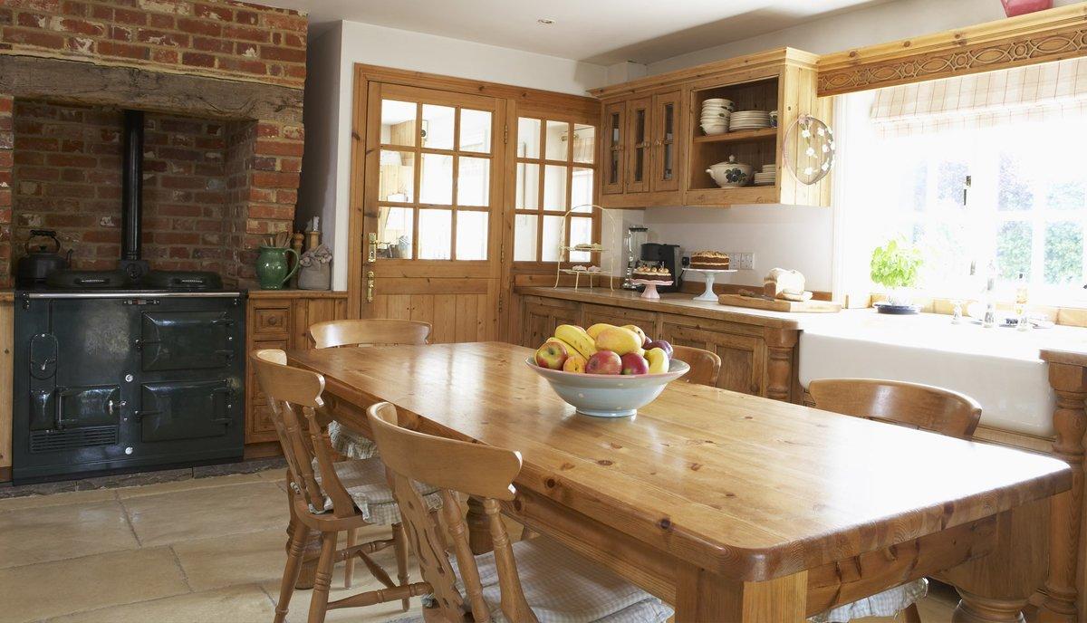 деревянная мебель на дачной кухне