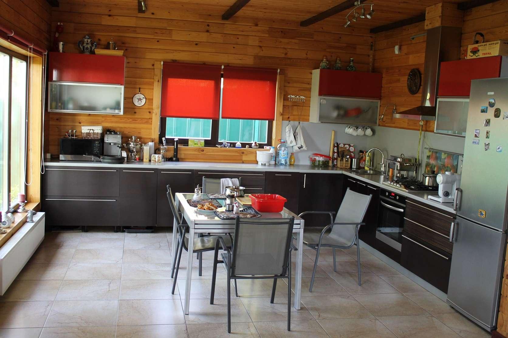 просторная дачная кухня