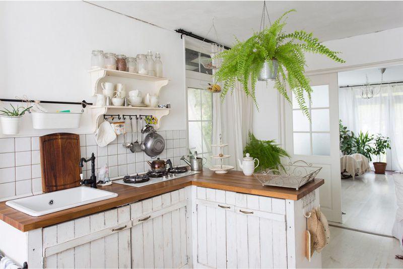 состаренная мебель на дачной кухне
