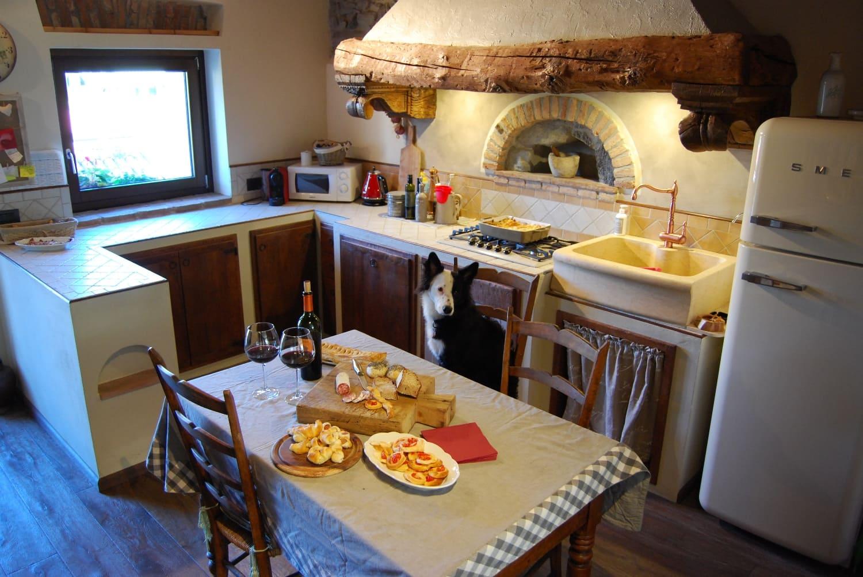 русская печь в интерьере дачной кухни