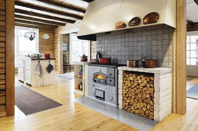 дровница для печи на дачной кухне