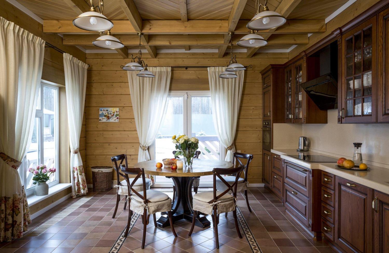 просторная кухня в деревянном доме