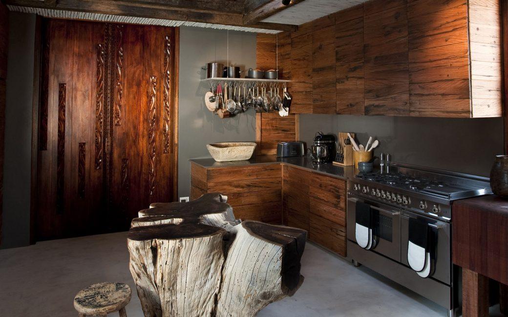 африканский стиль кухни в деревянном доме