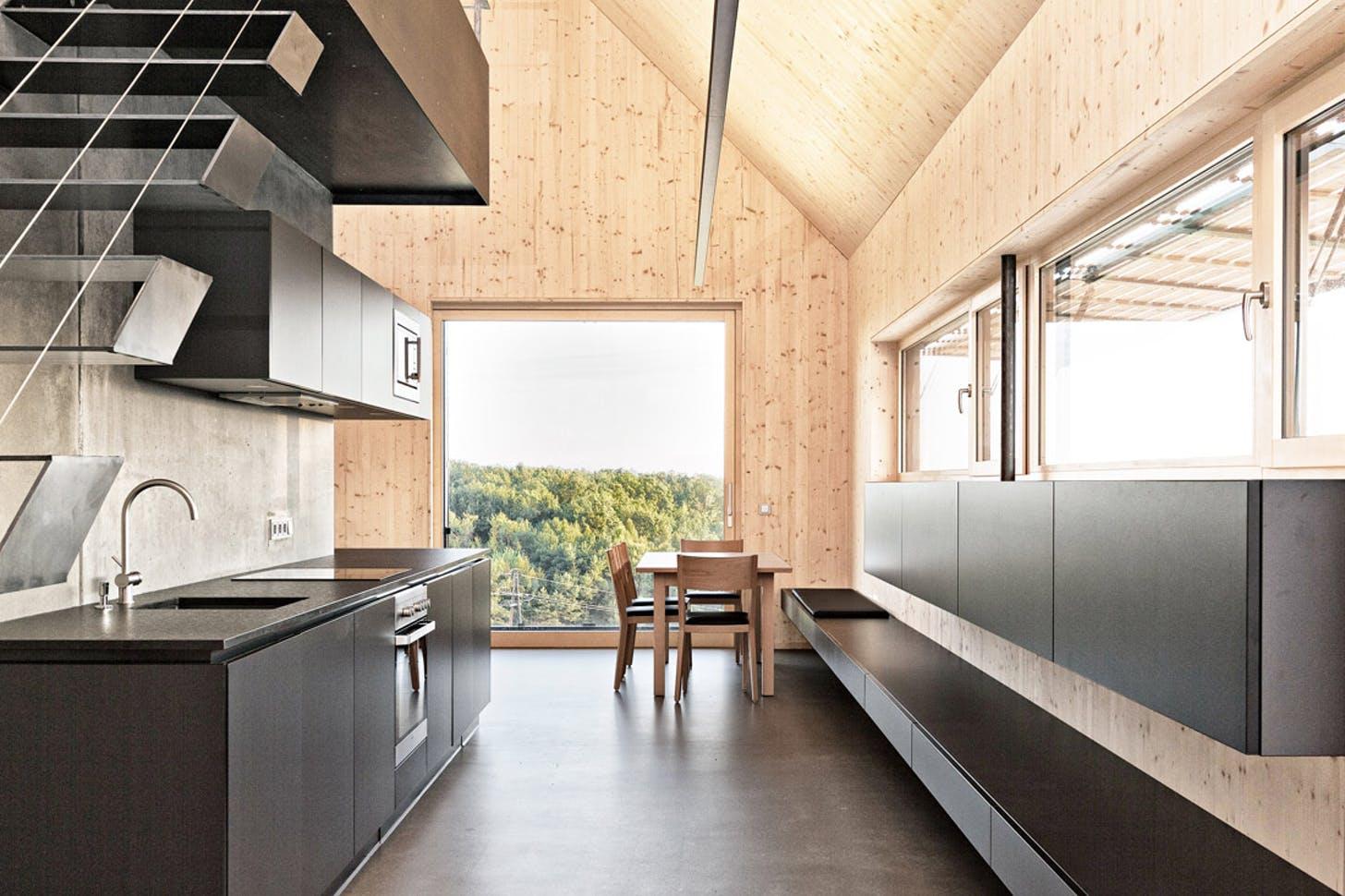 кухня в деревянном доме в стиле минимализм