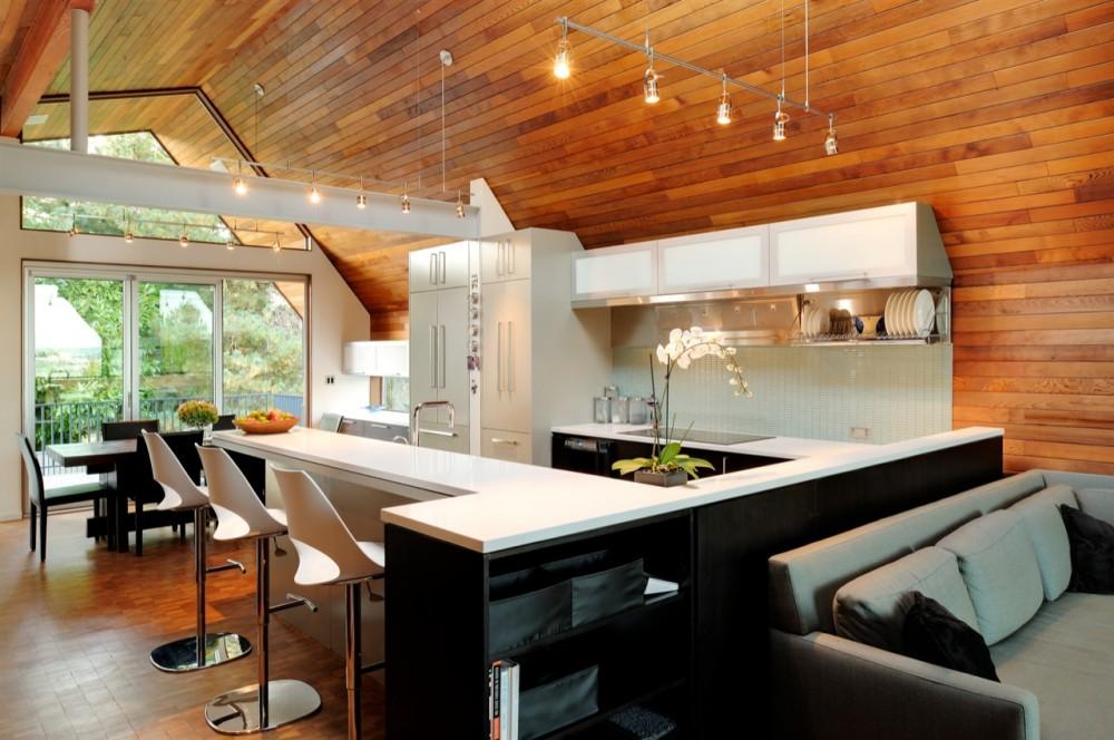 минималистичная кухня в деревянном доме