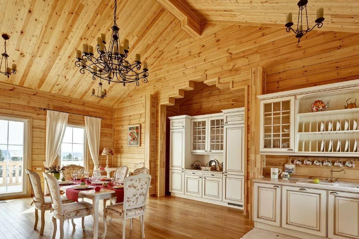 однотонная кухня в деревянном доме