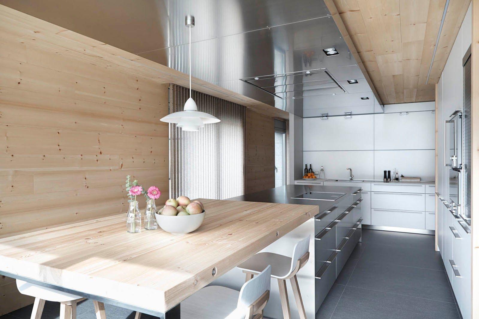 светлая кухня в деревянном доме в стиле минимализм
