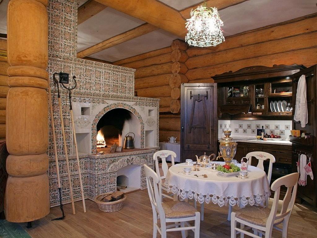 русский стиль кухни в деревянном доме с печью