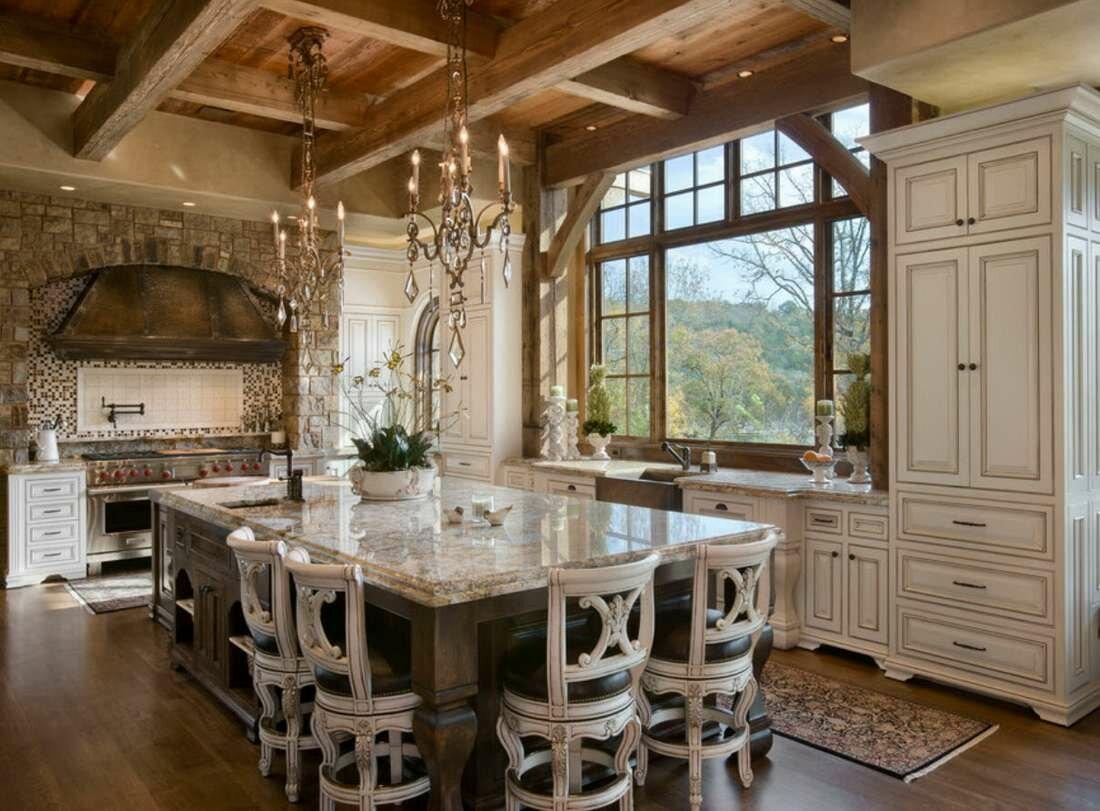 классика в дизайне кухни в деревянном доме