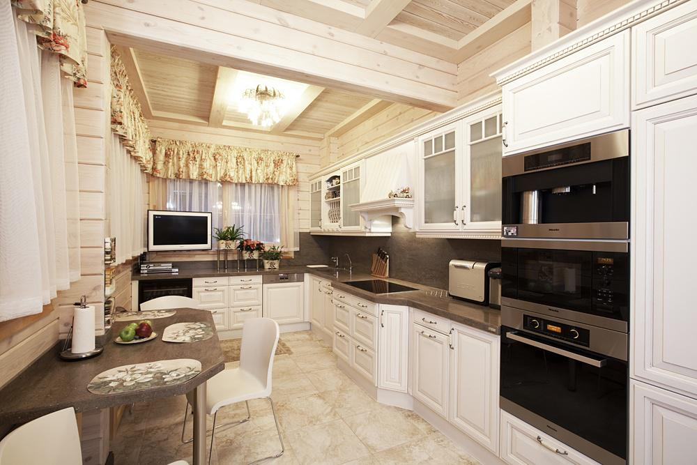 светлый классический дизайн кухни в деревянном доме