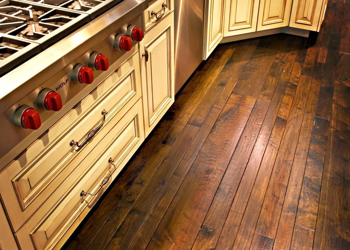 полы из натурального дерева на кухне в деревянном доме