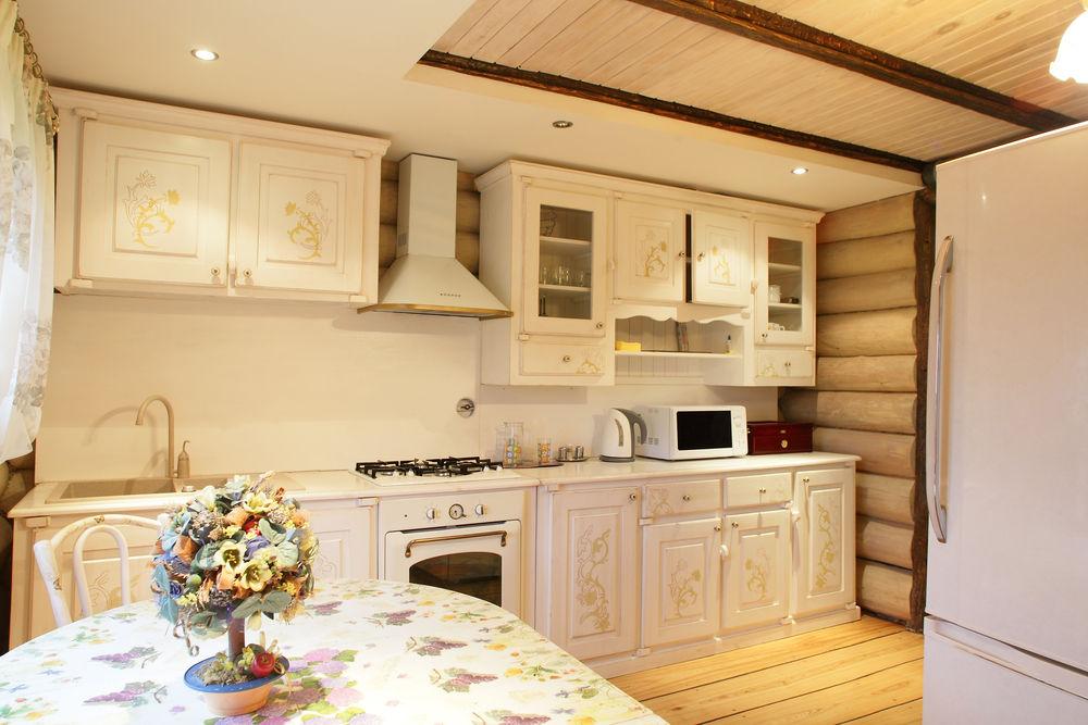 блокхаус на стенах кухни в деревянном доме