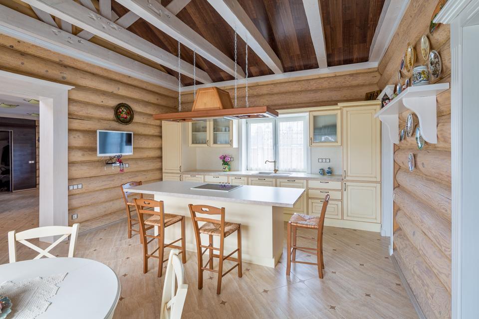 фальш-брус на потолке кухни в деревянном доме