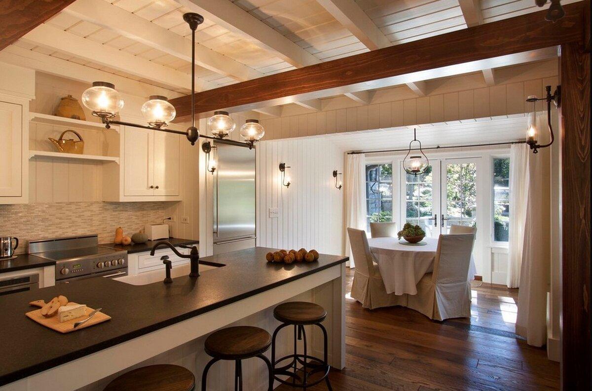 светильники над рабочей зоной в кухне в деревянном доме