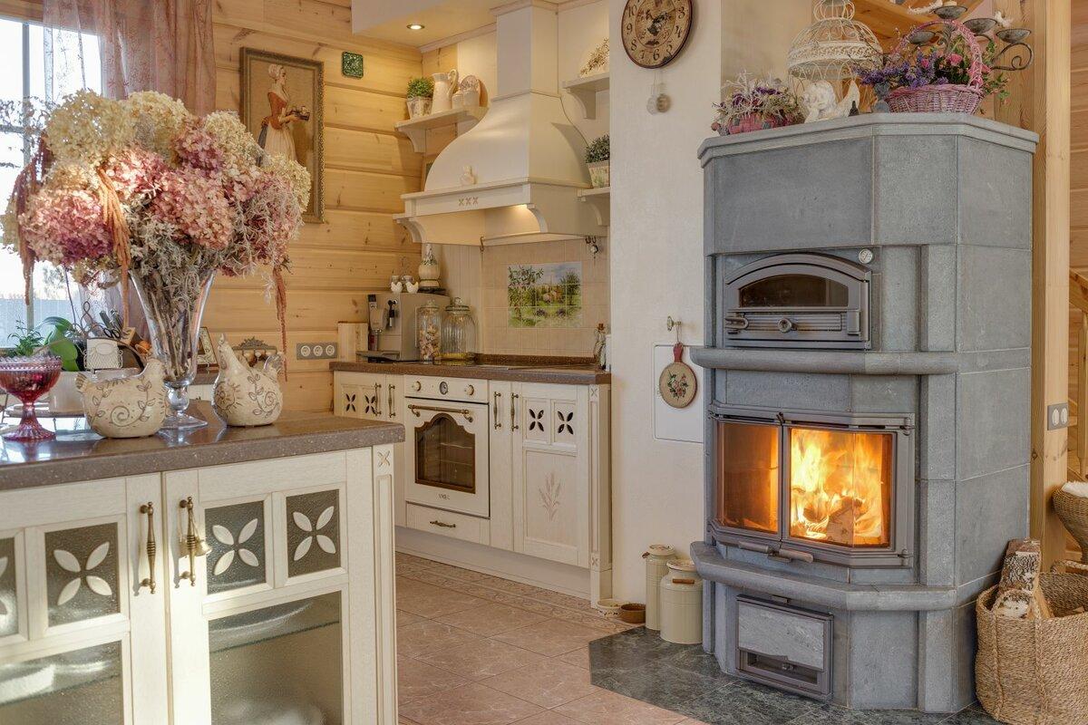 камин на кухне в деревянном доме