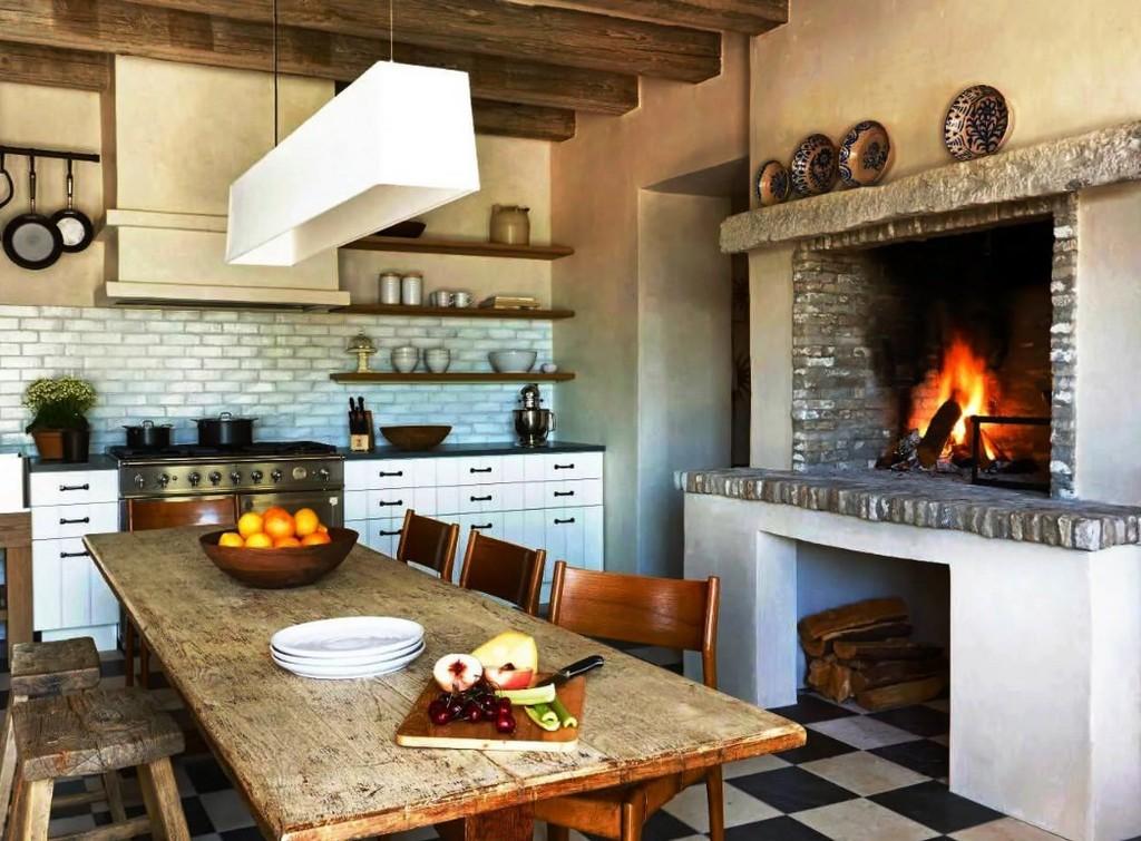 камин в интерьере кухни в деревянном доме