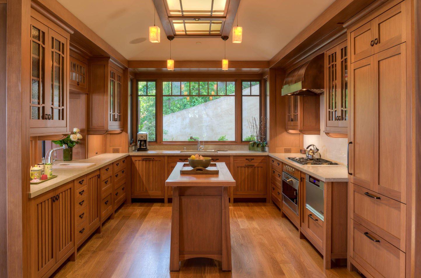 окно в центре кухни в деревянном доме