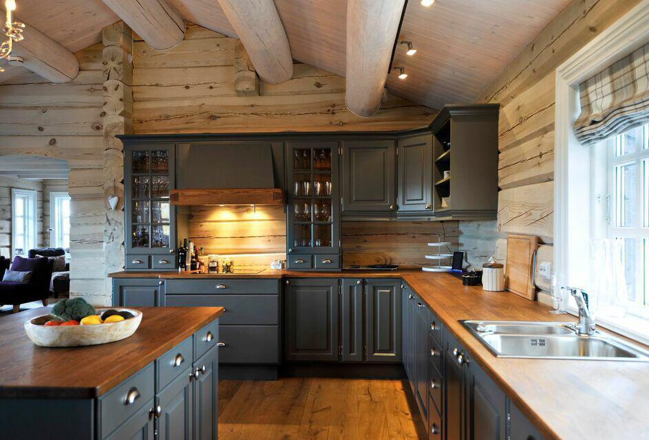 серая кухня и деревянная столешница